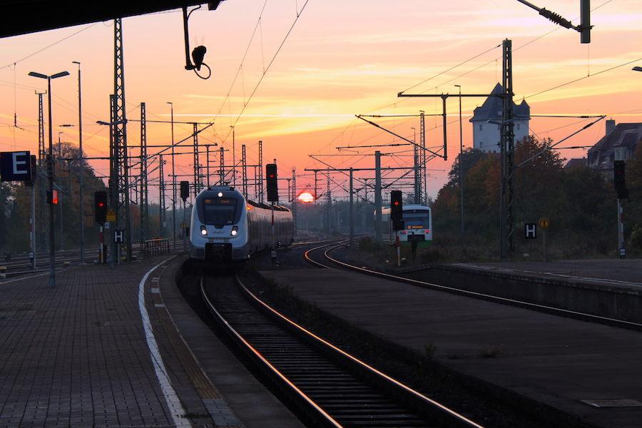 Weimarer Bahnhof am frühen Morgen im Herbst