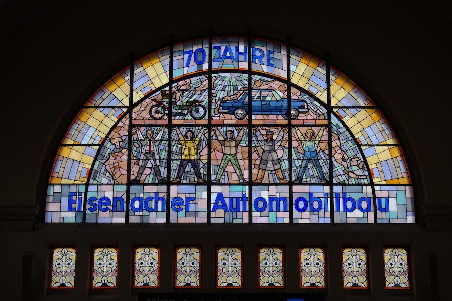 70 Jahre Eisenacher Automobilbau - gefärbte Fenster im Bahnhof Eisenach