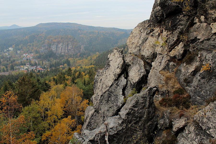 Felskraxelei am Scharfenstein mit Blick auf den Berg Oybin