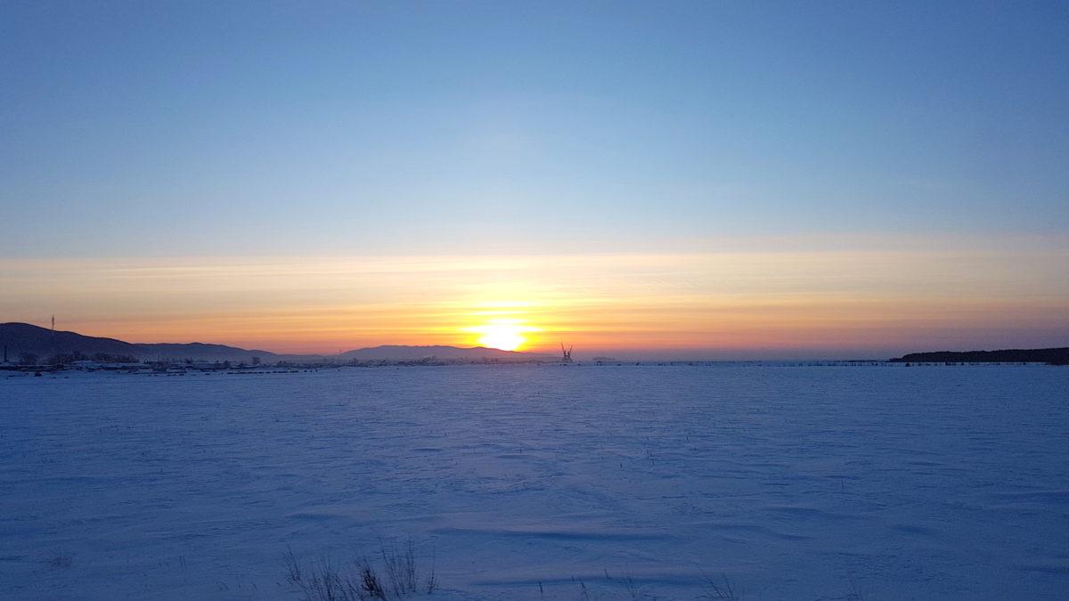 Sonnenuntergang auf dem Eis des gefrorenen Baikalsees