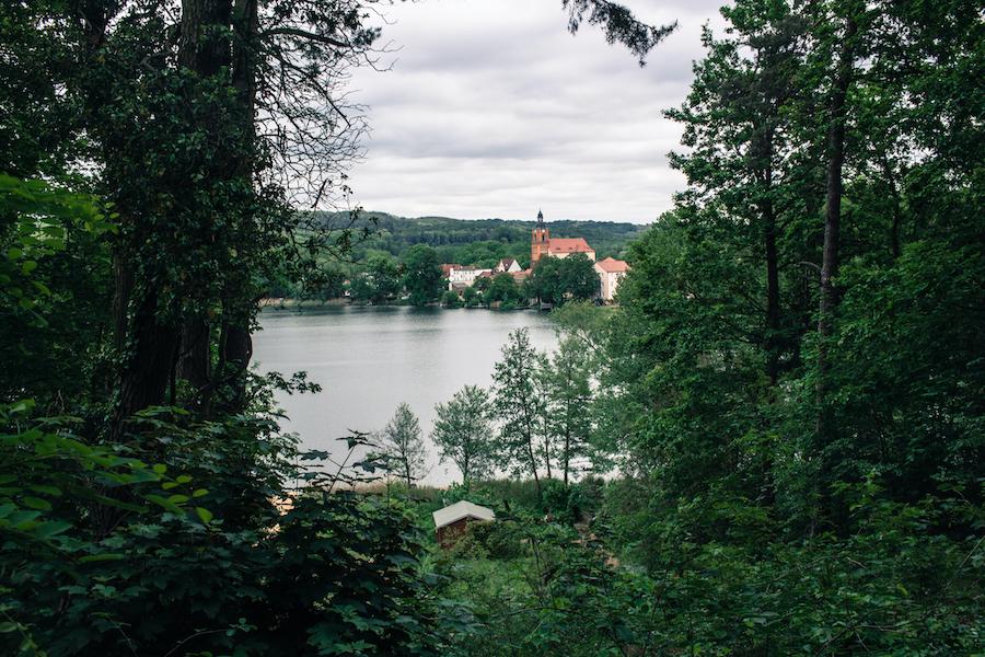 Blick über den Schermützelsee auf die Kirche Buckow, Märkische Schweiz
