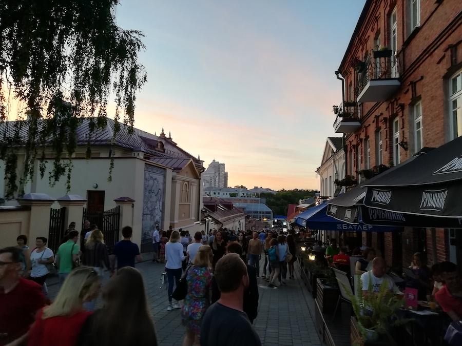 Die Minsker Altstadt ist am Abend gut gefüllt