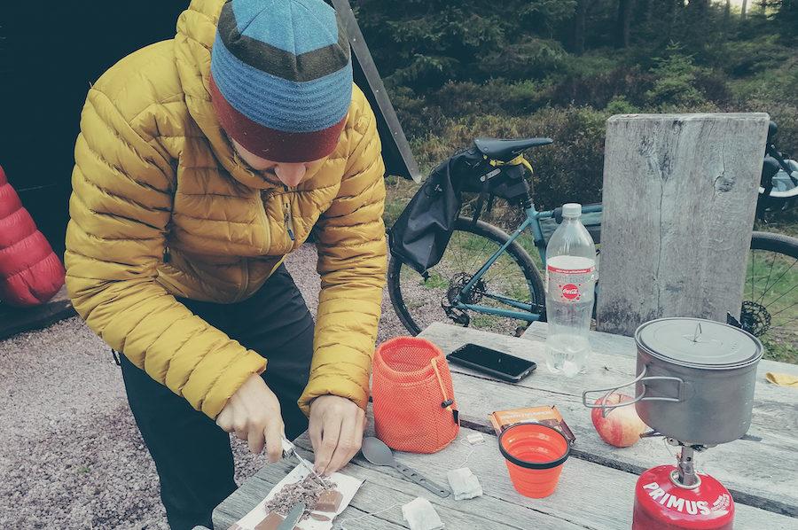 Bikepacking Rennsteig: Warme Stärkung am Morgen