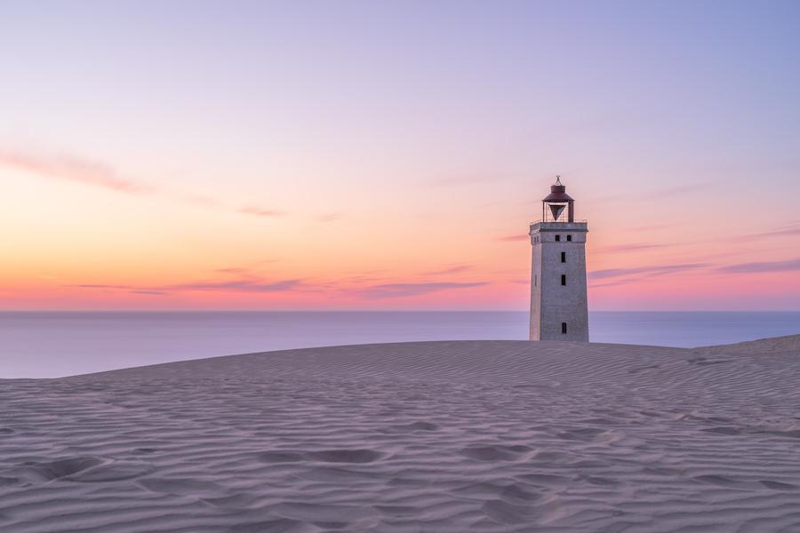 Leuchtturm Rubjerg Knude Fyr auf einer Wanderdüne in Dänemark