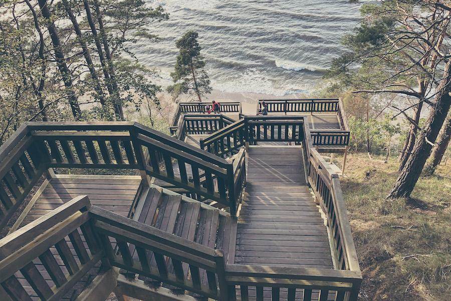 Holztreppe (Kawcza Góra) zum Strand im Nationalpark Wolin