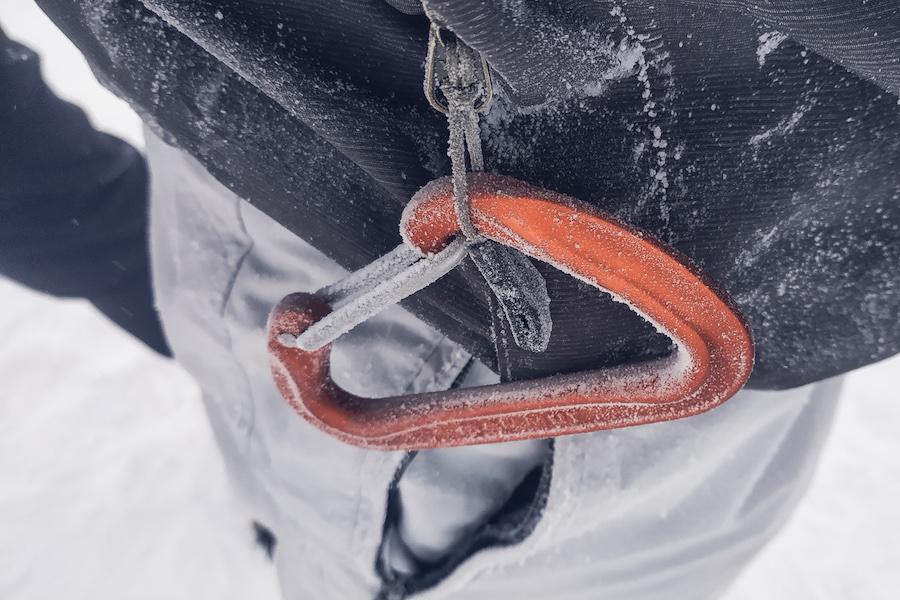 Detailaufnahme eines gefrorenen Karabiners