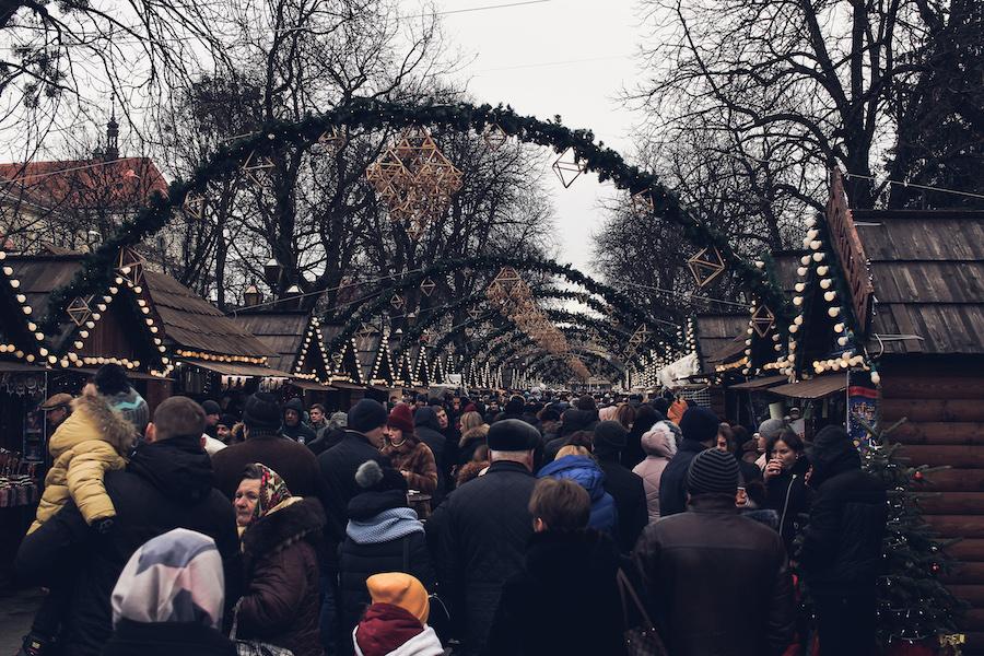 Weihnachtsmarkt im Zentrum Lvivs