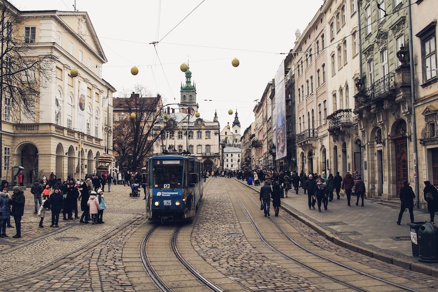 Eine Straßenbahn fährt durch die Innenstadt Lvivs