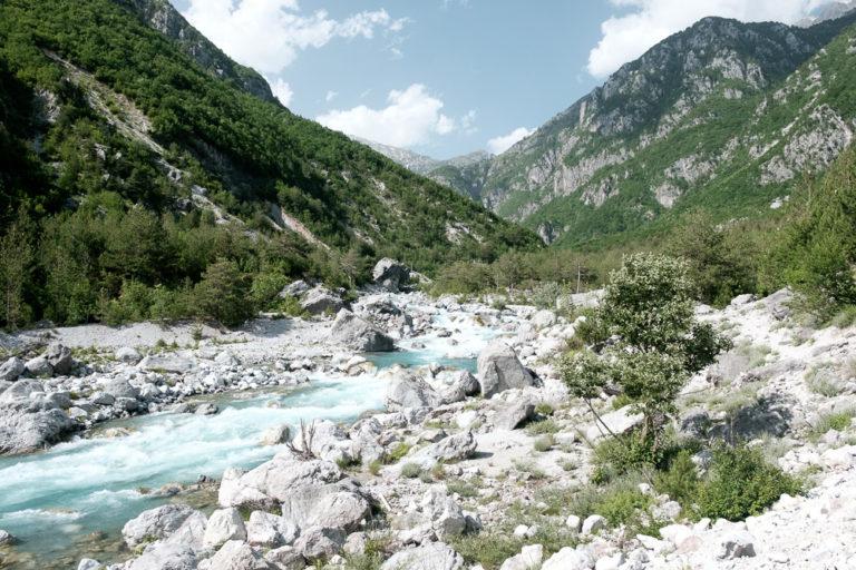 Wilder Fluss durch den Nationalpark Theth, Albanien